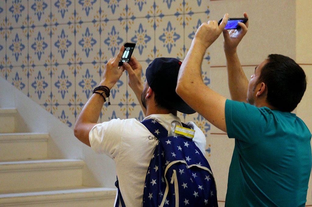 Turisti u Vijećnici, unutrašnjost Vijećnice, Vijećnica
