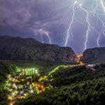 Split, 021012. Olujno grmljavnisko nevrjeme koje je tjekom noci zahvatilo Split i okolicu, priredilo je nezaboravni spektakl koji je trajao cjelu noc. Na slici na kanjon Cetine i Omis. Foto: Zvonimir Barisin/CROPIX